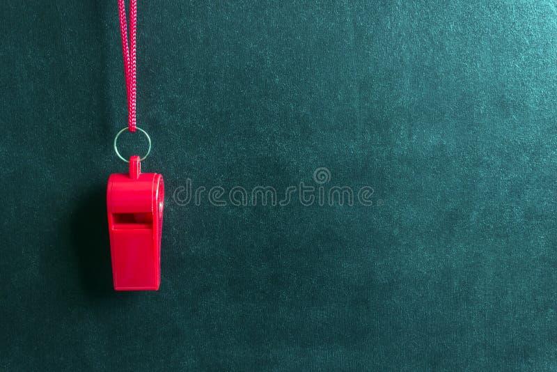 Sportenfluitje op een rood kant De concurrentie van de conceptensport, scheidsrechter, statistieken, uitdaging, vriendschappelijk stock fotografie