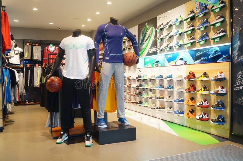 Sportenkleren en de verkoopwinkel van sportenschoenen stock fotografie