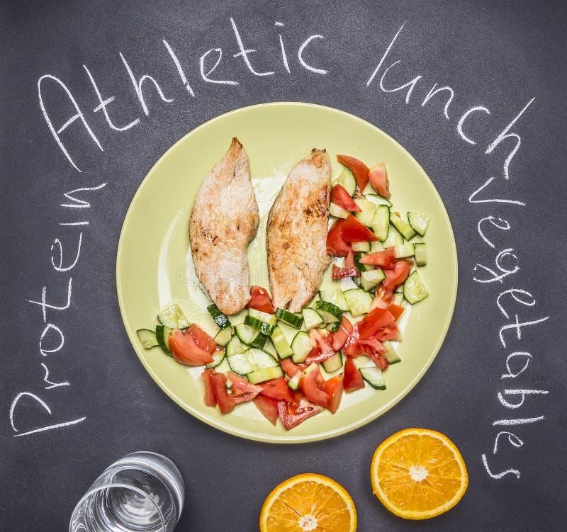 Sportenlunch, de borst van Turkije met verse salade, dessert van sinaasappelen de bord hoogste mening stock foto's