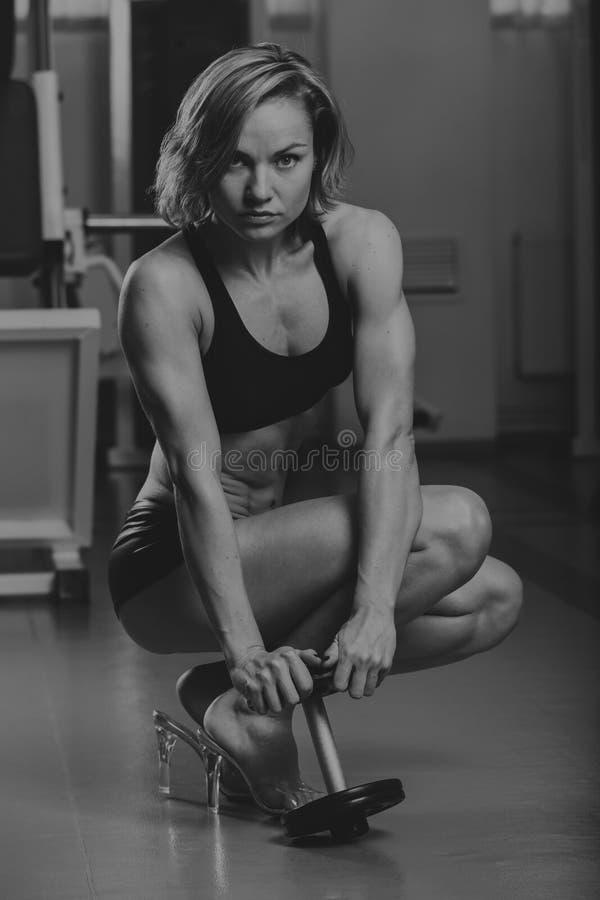 Sportenmeisje bij de gymnastiek stock foto