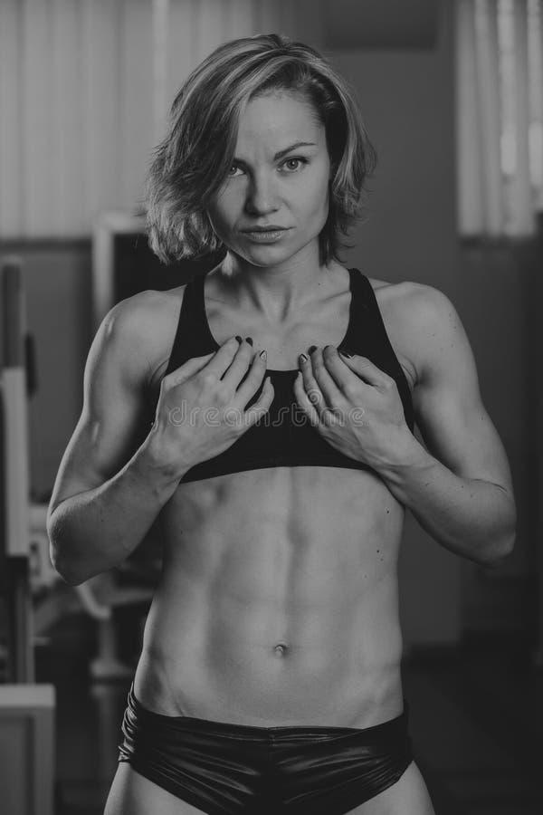Sportenmeisje bij de gymnastiek royalty-vrije stock afbeeldingen