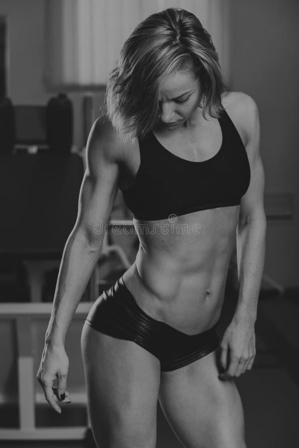 Sportenmeisje bij de gymnastiek stock foto's