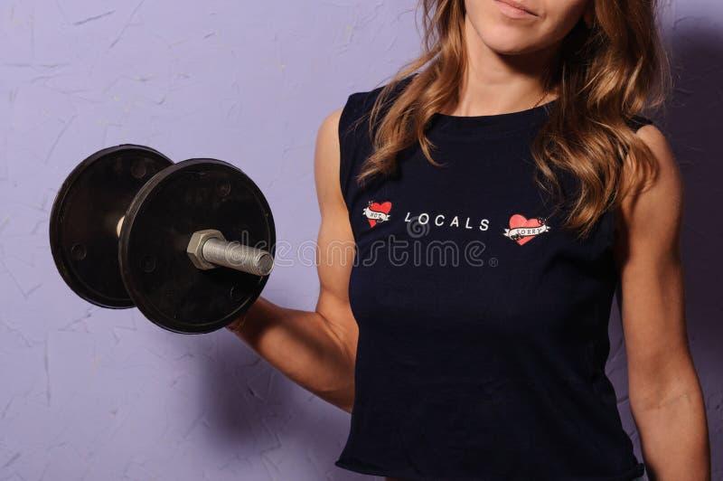 Sportenmeisje in een zwarte domoor van de overhemdsholding stock afbeeldingen