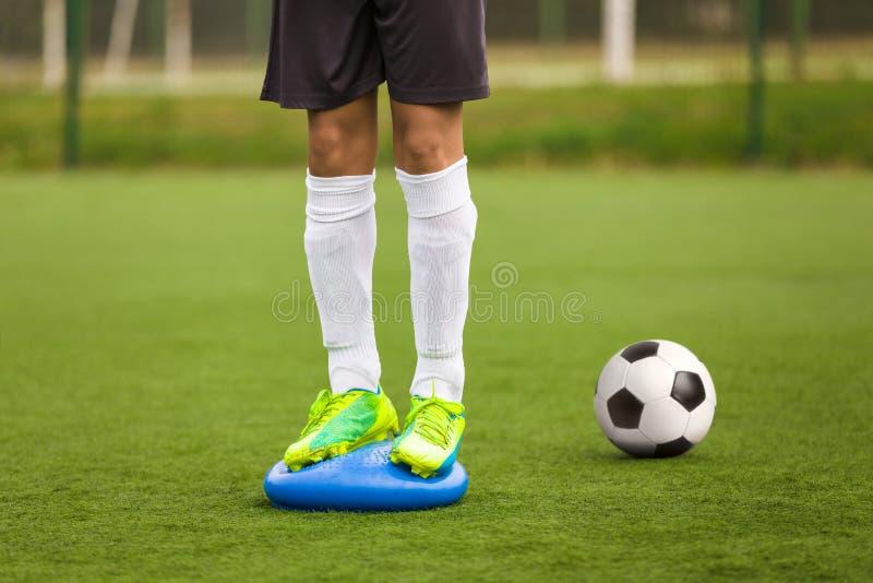 Sportensaldo Opleiding Stabiliteitsvoetbal Opleiding op Saldokussen stock afbeelding