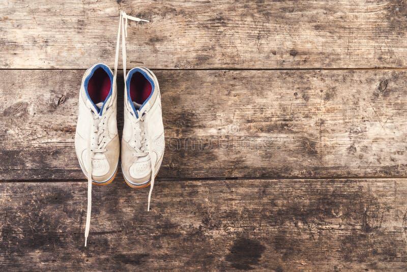 Sportenschoenen op de vloer stock afbeeldingen