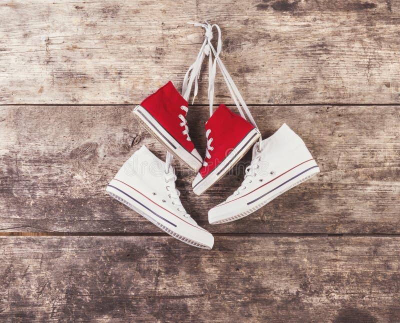 Sportenschoenen op de vloer royalty-vrije stock fotografie