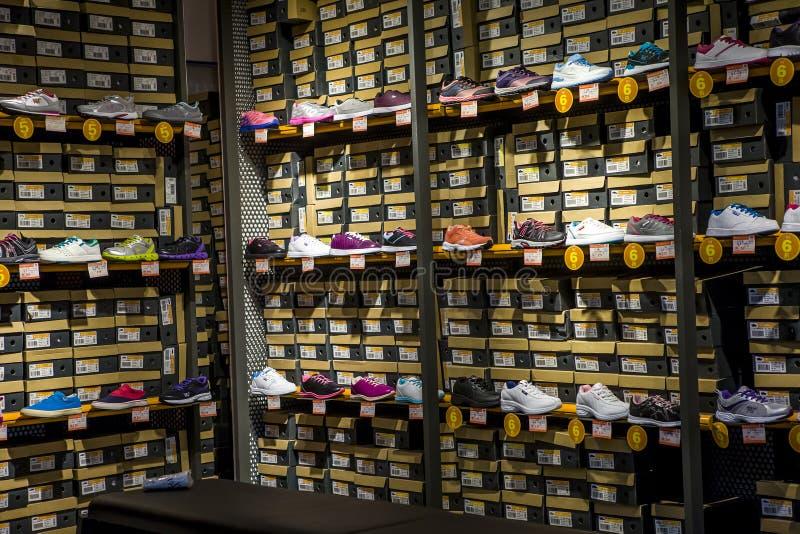 Sportenschoenen op planken royalty-vrije stock afbeeldingen