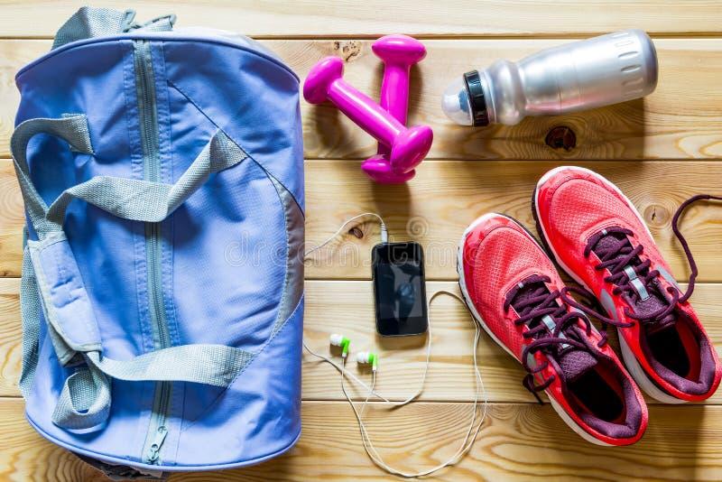 Sportenvoorwerpen op de vloer van hierboven stock foto's
