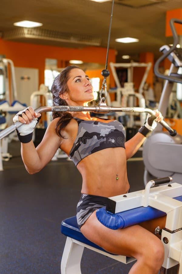 Sportenvrouw in de gymnastiek. royalty-vrije stock afbeeldingen