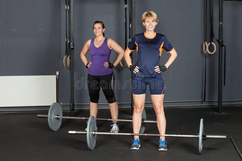 Sportenvrouw die barbell opleiden stock fotografie