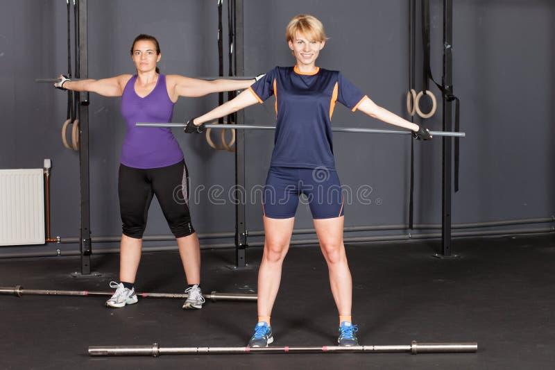 Sportenvrouw die crossfit barbell met plastic bar opleiden royalty-vrije stock afbeeldingen