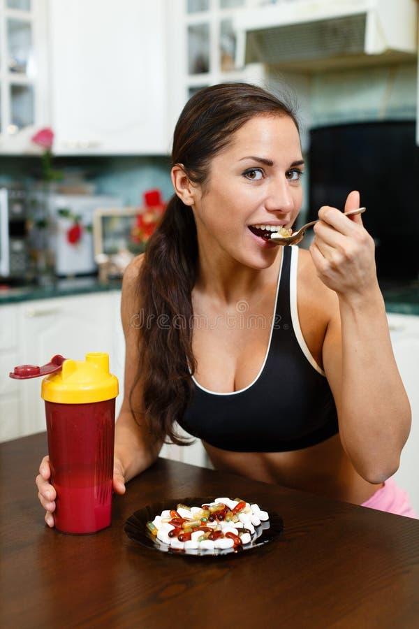 Sportenvrouw en voedingssupplementen. royalty-vrije stock afbeeldingen