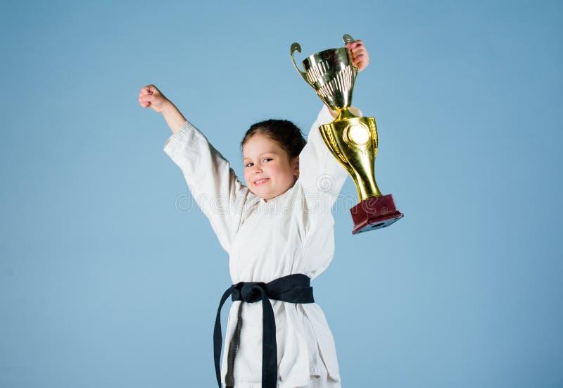 Sporterfolg Ausbildung, zum das beste kleine Mädchen mit Meistercup zu sein chinesische KONGFU Kinder ?bendes Kung Fu Gl?ckliche  lizenzfreie stockfotografie