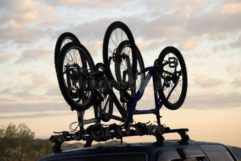 Sportfahrrad über Jeep stockfoto