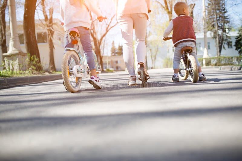 Sportfamilj på cykelritt arkivfoton