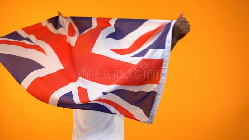 Sportfan som rymmer den brittiska flaggan som hurrar f?r favorit- lagseger, tillbaka sikt arkivbilder