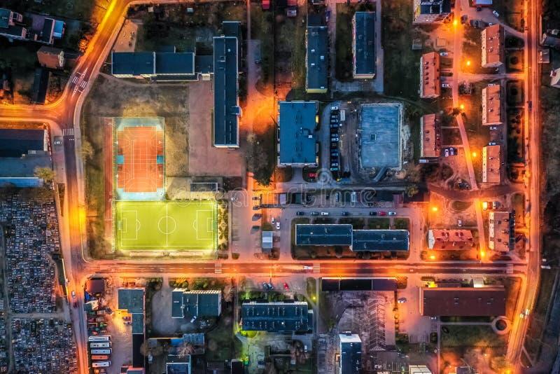 Sportfeld in der Kleinstadt nachts, Vogelperspektive lizenzfreie stockbilder