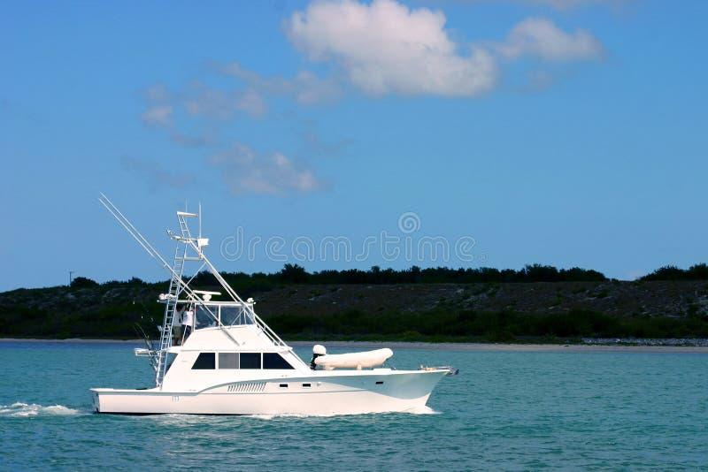 Sportfisherman Boot auf Wasser lizenzfreies stockbild