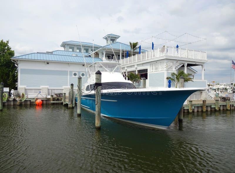 Sportfishing fartyg och Marina Restaurant fotografering för bildbyråer