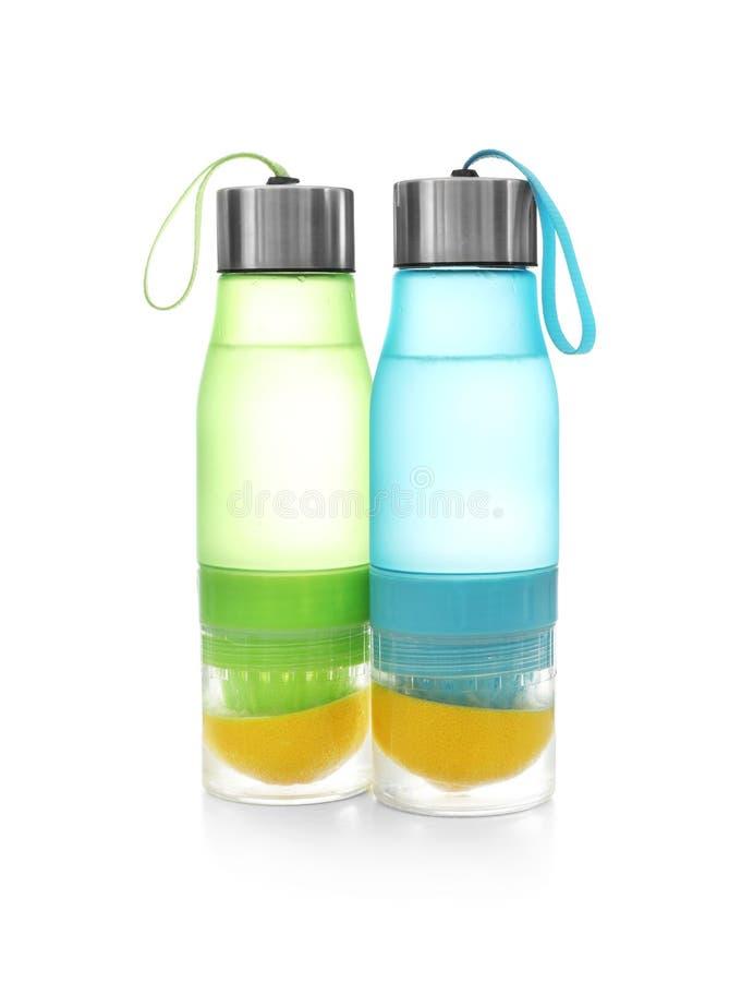 Sportflaschen mit Zitronenwasser auf w lizenzfreies stockbild