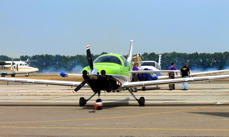 Sportflygplanet på flygplatsen arkivfoton