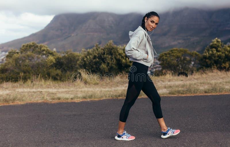 Sportfrau auf Morgenspaziergang stockfotos