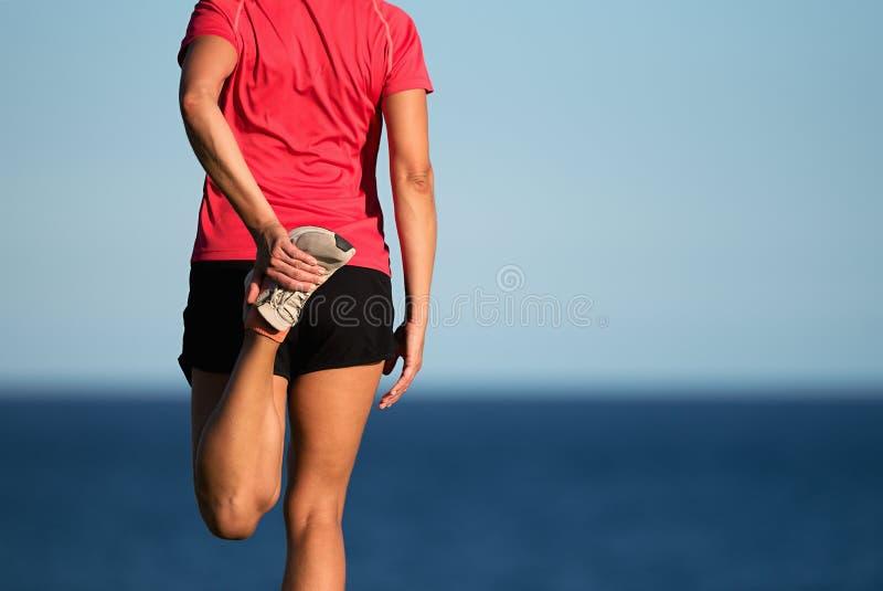 Sportfrau, die Eignungsübung ausdehnend tut lizenzfreie stockfotos