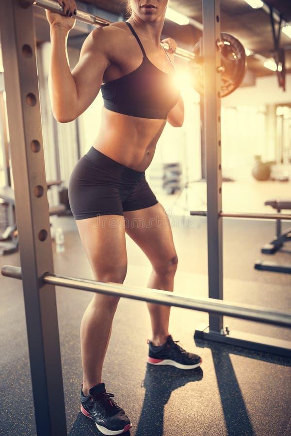Sportfrau, die mit Barbell trainiert lizenzfreies stockbild