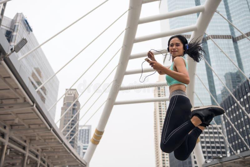 Sportfrau springen Übung in der städtischen Stadt lizenzfreie stockfotos