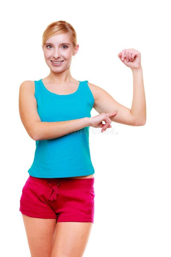 Sportfrauen-Eignungsmädchen, das ihre Muskeln zeigt. Energie und Energie. Lokalisiert. lizenzfreie stockbilder