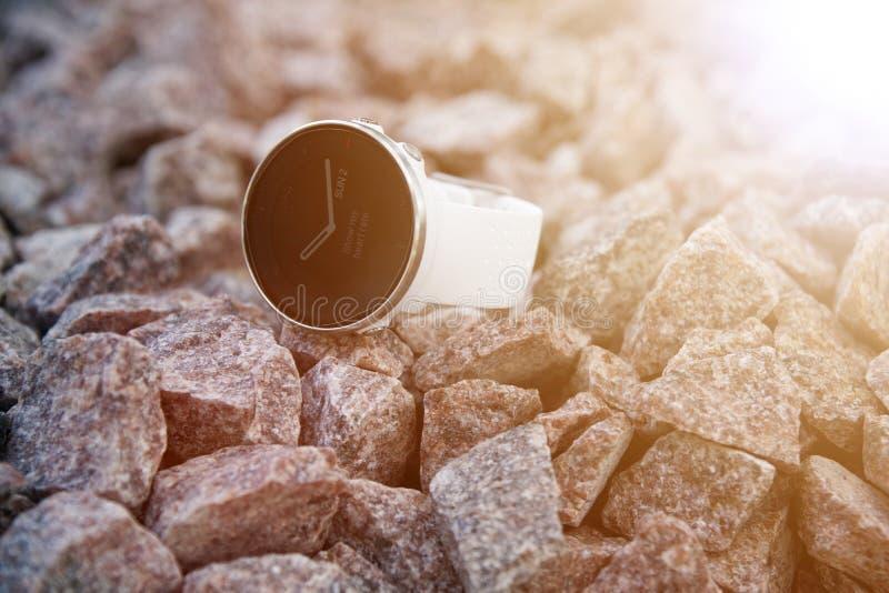 Sporthorloge voor triatlon op het granietgrint Met woorden - toon mijn harttarief stock fotografie