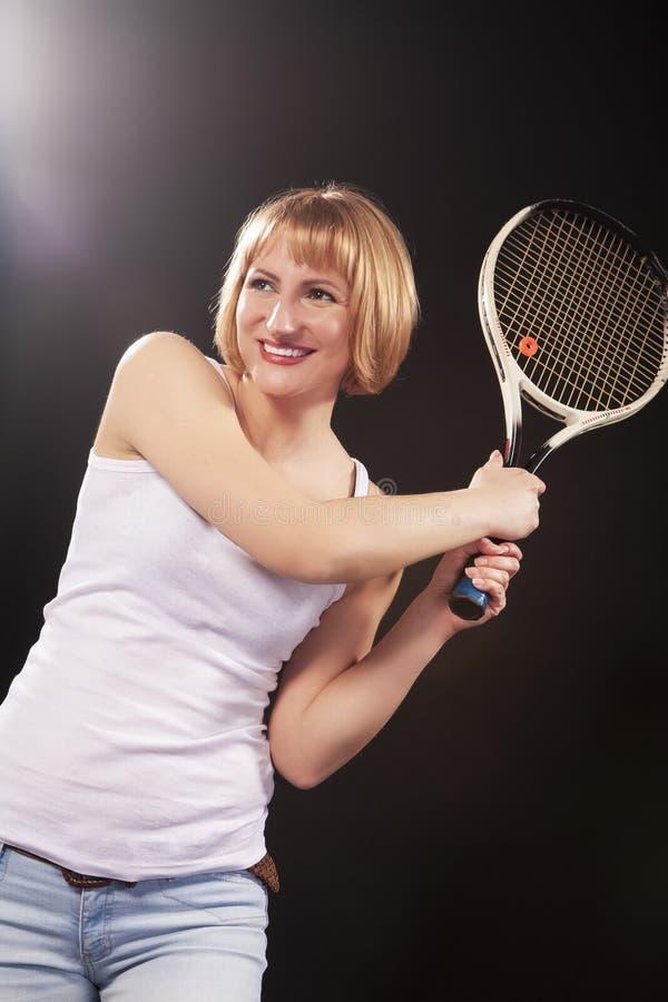 Sportideeën Portret van Gelukkig Glimlachend Jong Kaukasisch Blond Wijfje royalty-vrije stock foto