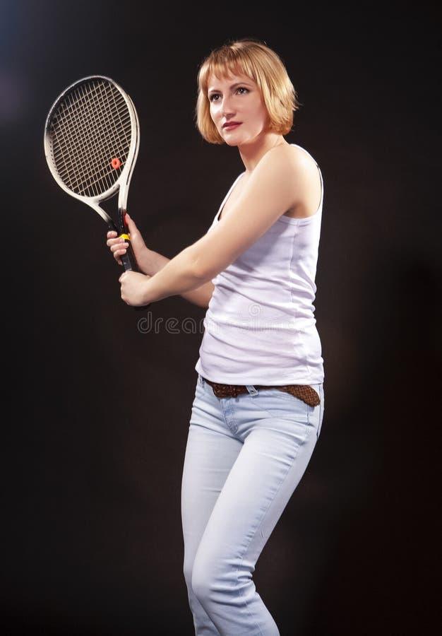 Sportideeën Portret van Jong Kaukasisch Blond Vrouwelijk Stellend Verstand royalty-vrije stock afbeelding