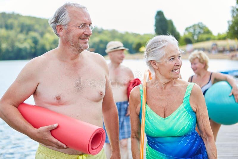 Sportief hoger paar op het strand royalty-vrije stock foto's