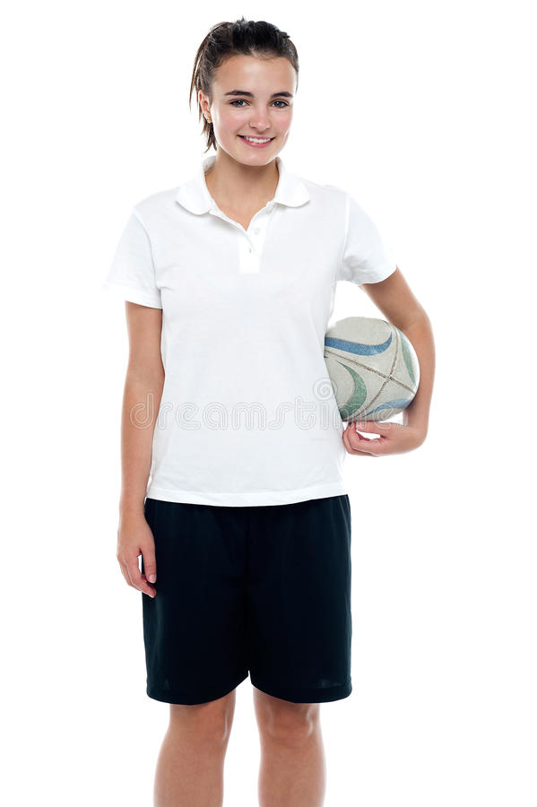 Sportief jong meisje dat een rugbybal houdt royalty-vrije stock afbeelding