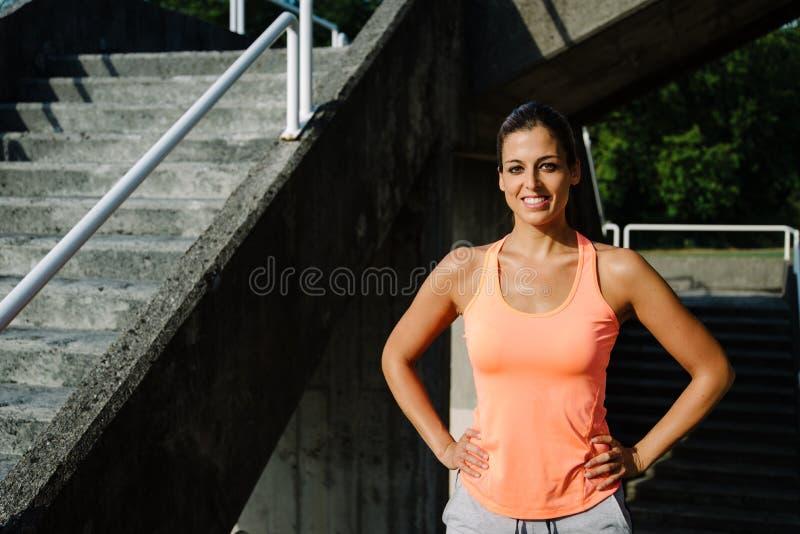 Sportief jong vrouwenportret buiten royalty-vrije stock foto's