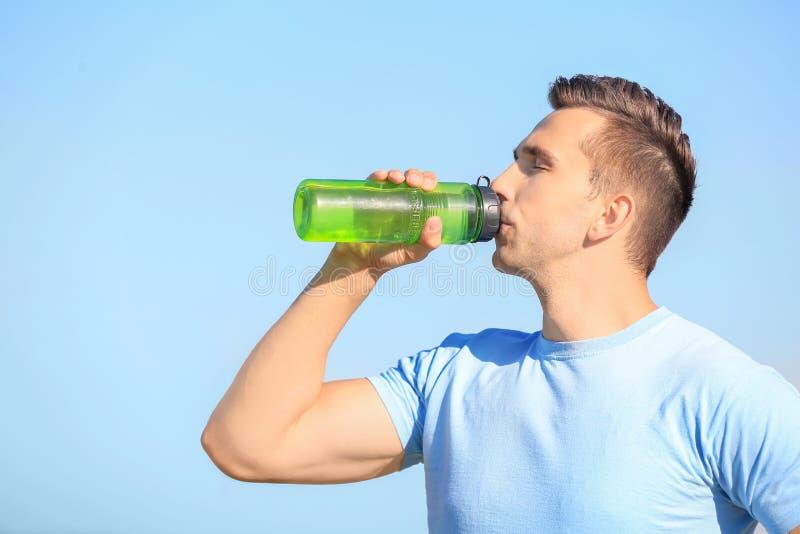 Sportief jonge mensen drinkwater na in openlucht opleiding royalty-vrije stock foto