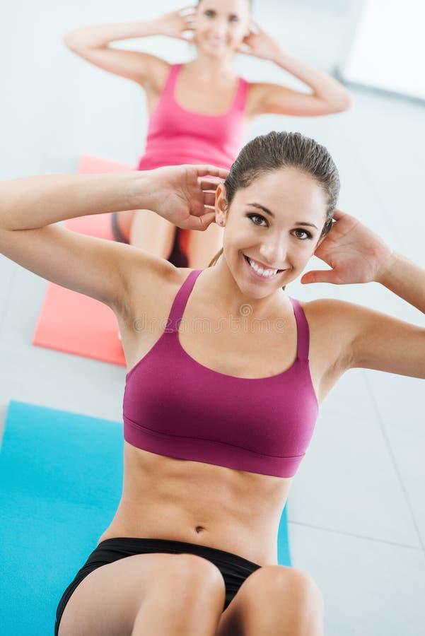 Sportief meisje die abs training doen royalty-vrije stock foto