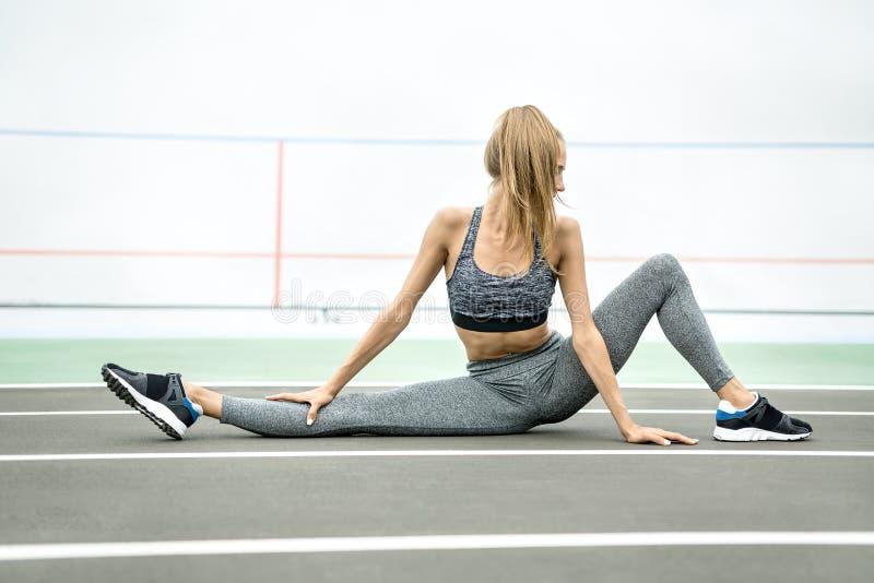 Sportief meisje die in openlucht opleiden stock afbeeldingen