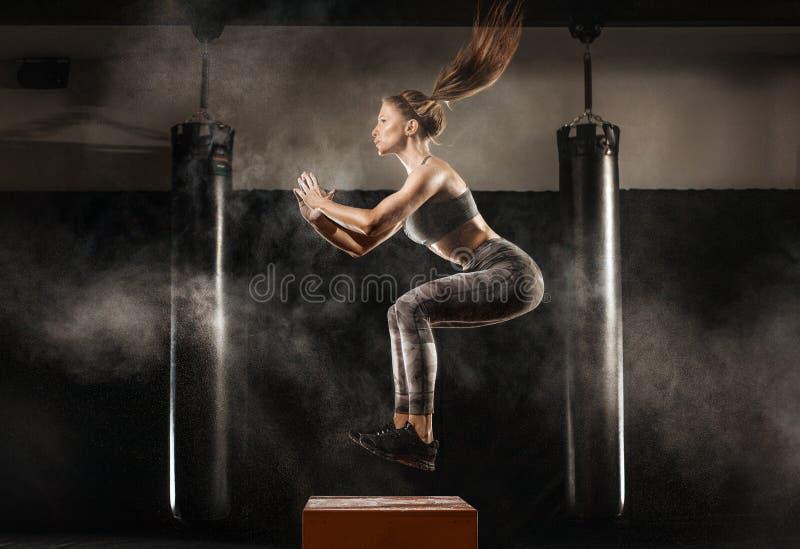 Sportief meisje op gymnastiek stock foto's