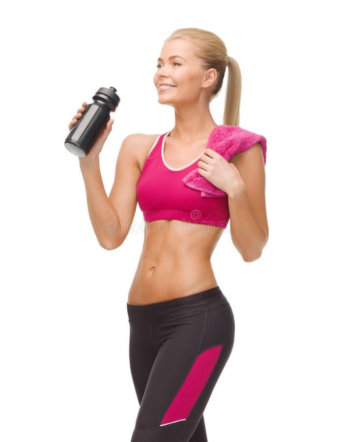 Sportief vrouwen drinkwater van sportmanfles stock foto's