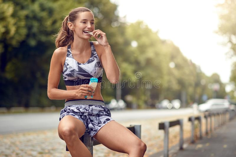 Sportieve aantrekkelijke slanke jonge vrouw royalty-vrije stock foto