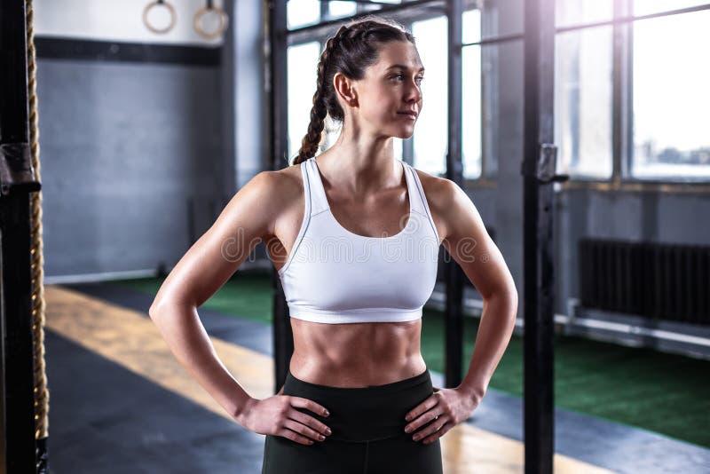 Sportieve atletische vrouw in crossfitgymnastiek royalty-vrije stock foto's