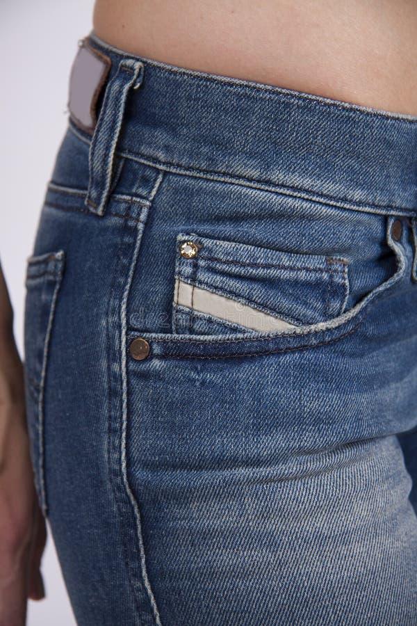 Sportieve benen in jeans stock foto's