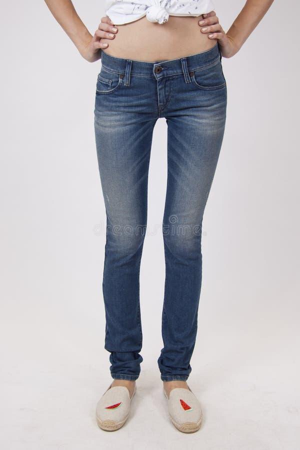 Sportieve benen in jeans royalty-vrije stock foto