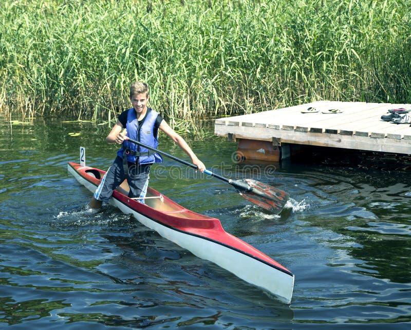Sportieve competities op kajaks en kano stock foto's