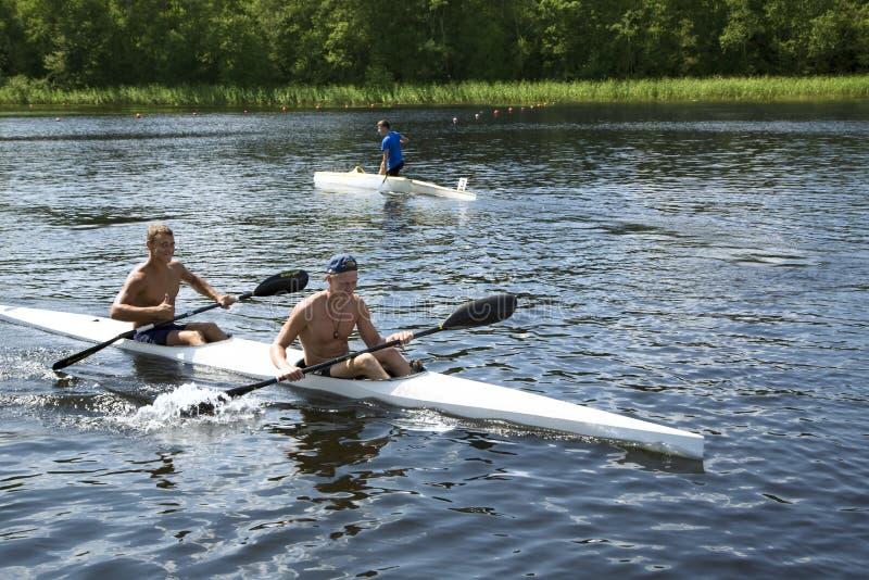 Sportieve competities op kajaks en kano stock afbeeldingen