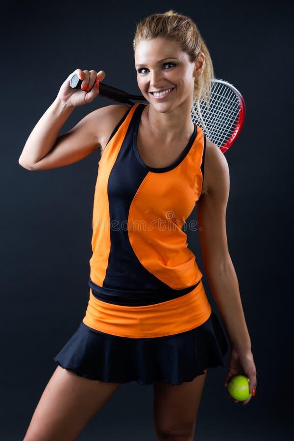 Sportieve het tennisspeler van het tienermeisje met racket op Zwarte royalty-vrije stock afbeeldingen