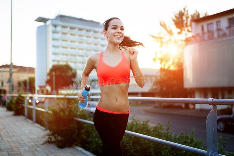 Sportieve jogger die voor een looppas gaan stock afbeeldingen