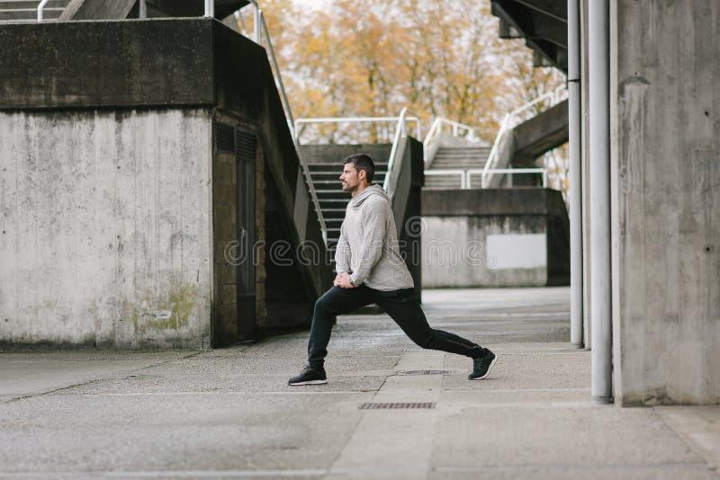Sportieve jonge mens die buiten uitoefenen royalty-vrije stock fotografie